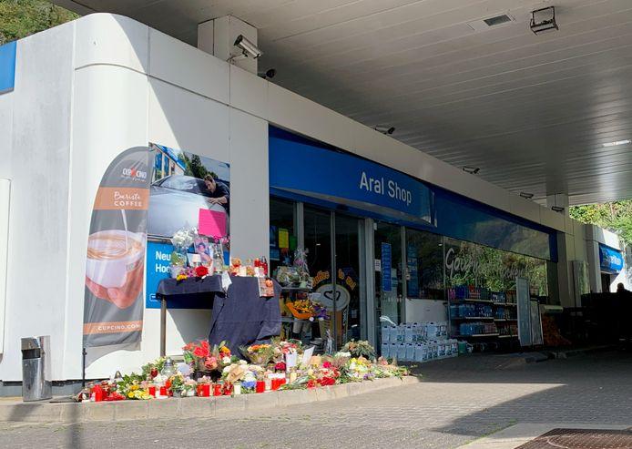 Bloemen en kaarsjes ter nagedachtenis aan het 20-jarige slachtoffer bij het tankstation in Idar-Oberstein (Rijnland -Palts), zo'n 85 kilometer van de grens met Luxemburg.