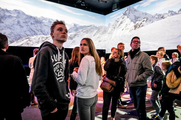 Bezoekers houden halt in de indrukwekkende studio waar beelden over 360 ° kunnen worden geprojecteerd.