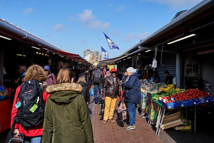 Mensen doen inkopen op de Haagse Markt, eerder deze week.