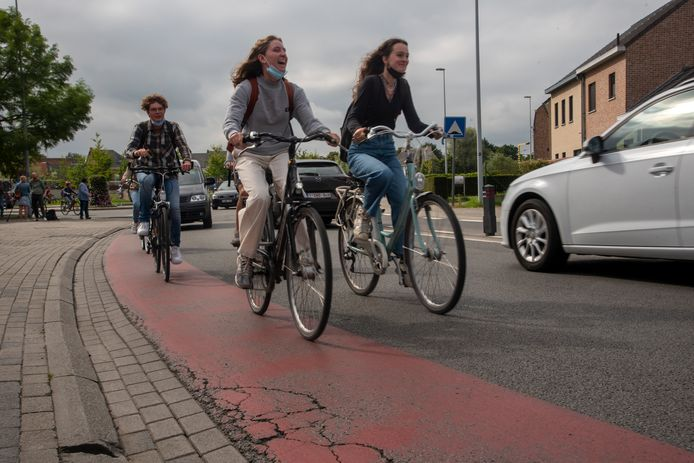 Fietsers moeten nu nog over fietssuggestiestroken op Kapellendries.