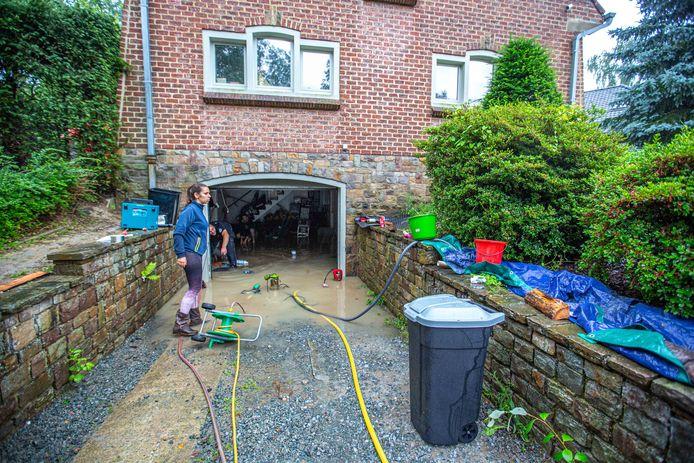 Andrea Borges en Dimitri Pitsaer kregen hulp van vrienden en buren om de kelder leeg te pompen.