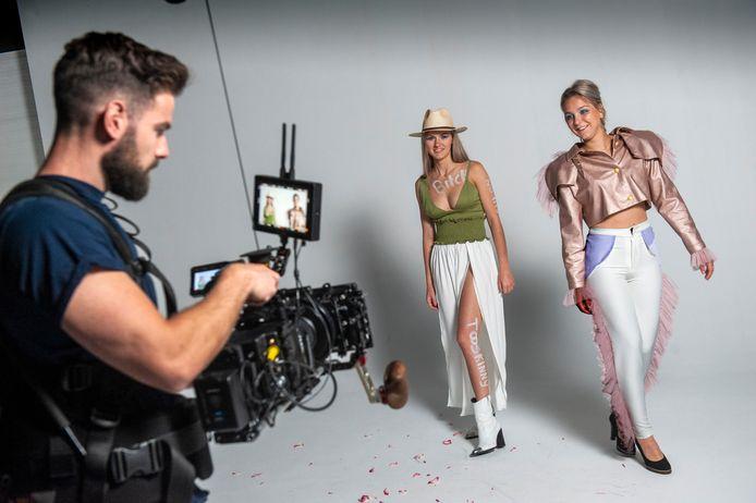 Nikki van Alebeek en Evy Prinsen, eindexamenkandidaten Fashion&Design van het KW1C, showen hun creaties tijdens video-opnamen van hun modeshow.