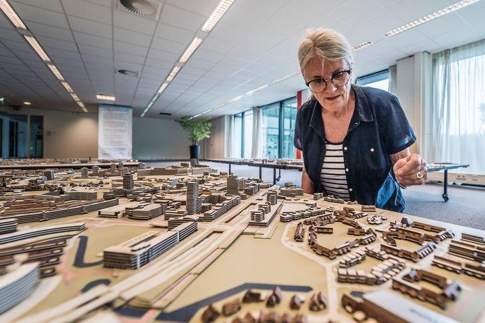 Geerte de Bruin bezig met aanpassingen op de maquette van de stad Zoetermeer
