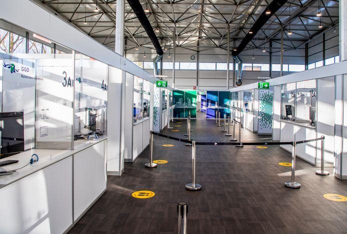 Ouders, leerlingen, medewerkers én hun huisgenoten wordt gevraagd zich de komende dagen te laten testen bij de XL-teststraat Rotterdam Airport.