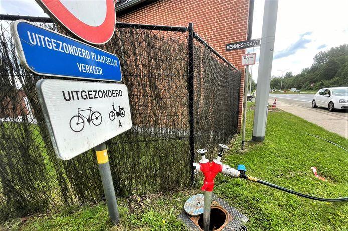Aan het kruispunt van de Grote Baan met de Vennestraat werd er een noodleiding uitgerold, zodat inwoners zeker niet zonder water komen te zitten.