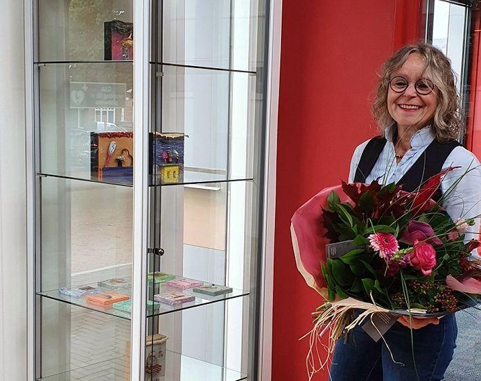 Marika Meershoek bij vitrine met deel van haar werk bij de entree van zalencentrum/dorpshuis De Huve in Eibergen.
