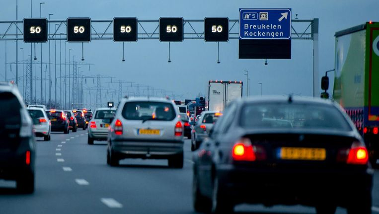 In 2016 legden Nederlandse auto's 118,5 kilometer af, 2,2 procent meer dan in 2015. Beeld null