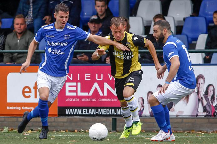 GVVV-speler Mart de Jong probeert Boyd Lucassen af te stoppen. Ploeggenoot Soufiane Laghmouchi biedt assistentie. Foto Proshots/Remko Kool