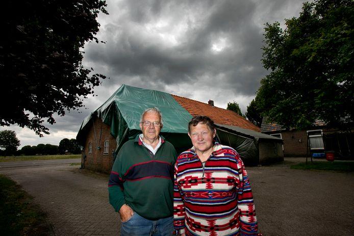Wim en Dymph Claes bij hun woning in Luyksgestel die nog steeds niet hersteld is van de hagel vorig jaar