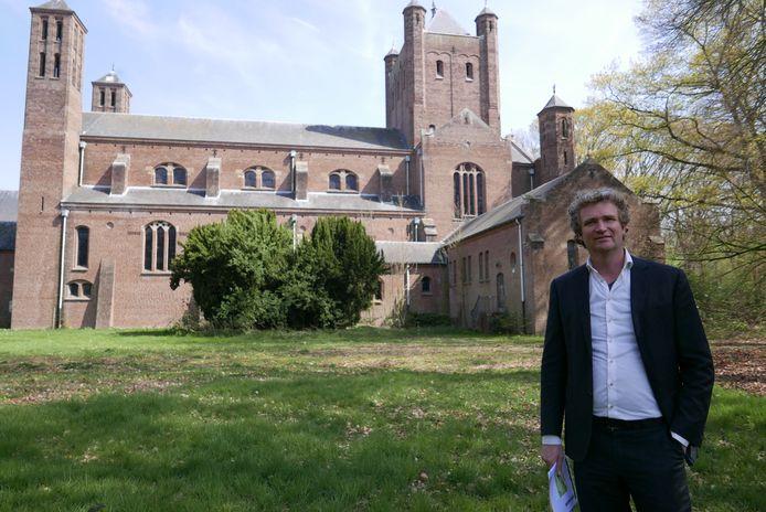 Hans Jung is namens het bedrijf Lithos Bouw en Ontwikkeling de projectontwikkelaar voor het nieuwe landgoed Haarendael in Haaren. Hij staat bij de vroegere kapel van het rijksmonument.