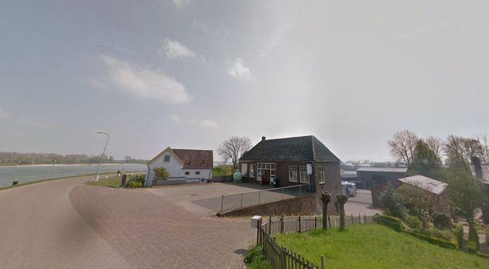 Guliker's Gas- en Oliehandel op het puntje van de Waalbandijk bij Nieuwaal.