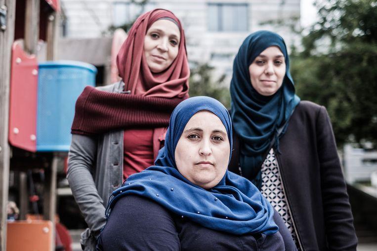 Aziza El Miamouni en enkele van haar vriendinnen van de Wijkacademie Molenbeek: 'Na de aanslagen in Parijs keken veel mensen hier naar de grond van schaamte.' Beeld Bob Van Mol