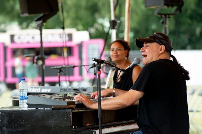 Het Apeldoorns Terrastival, voordat de gemeente er een einde aan maakte. Op de foto Spicy Piano's.