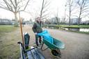 Clemens Falkmann ruimt meerdere keren per dag het afval op. Met de gemeente is afgesproken dat hij het park beheert.