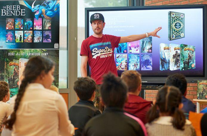 Schrijver Michael Reefs is te gast op basisschool De Blinkerd te Oss. Fotograaf: Van Assendelft/Jeroen Appels