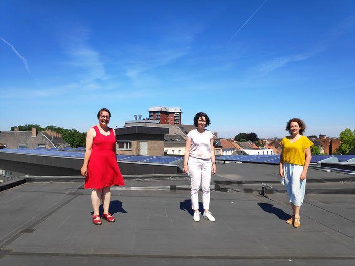 Vlnr.: schepenen Tine Heyse, Annelies Storms en Elke Decruynaere op het dak van De Stadspoort. Ook deze school aan de Coupure kreeg zonnepanelen op het dak.