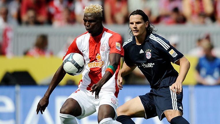 Aristide Bancé in het shirt van FSV Mainz, in een duel met Daniel Van Buyten. Beeld AP