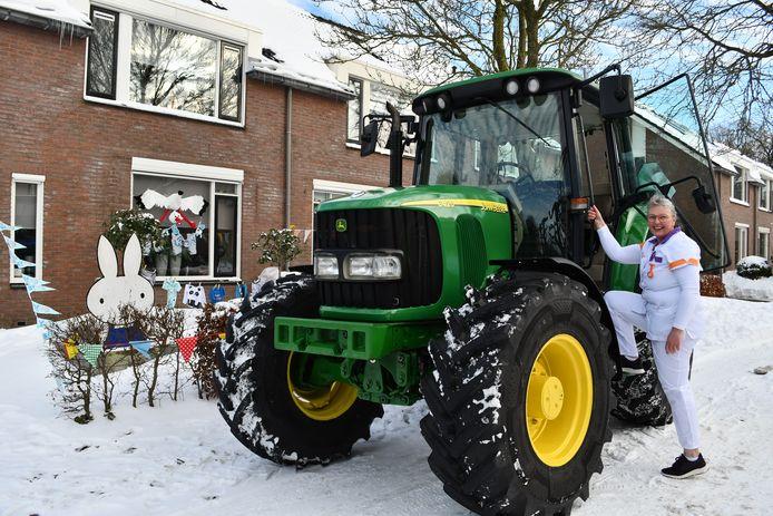 Jolanda Elbert op de tractor naar kraamgezin in Nijverdal.