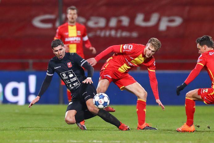 Koen Kostons van MVV in duel met Luuk Brouwers van Go Ahead Eagles,