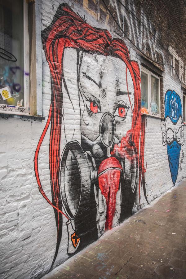Asit verwerkte de regenpijp aan de muur in zijn creatie (links). Het blauwe werk met NY-muts is van Skull.