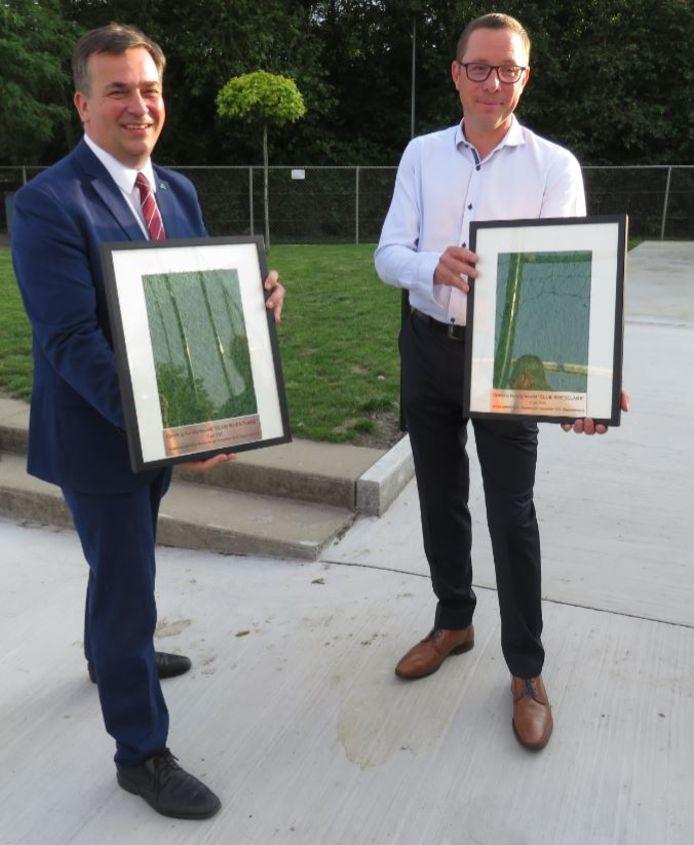Burgemeester Kris Declercq en voorzitter Wim Dejonckheere kregen als herinnering een ingekaderd stukje kunstgras.