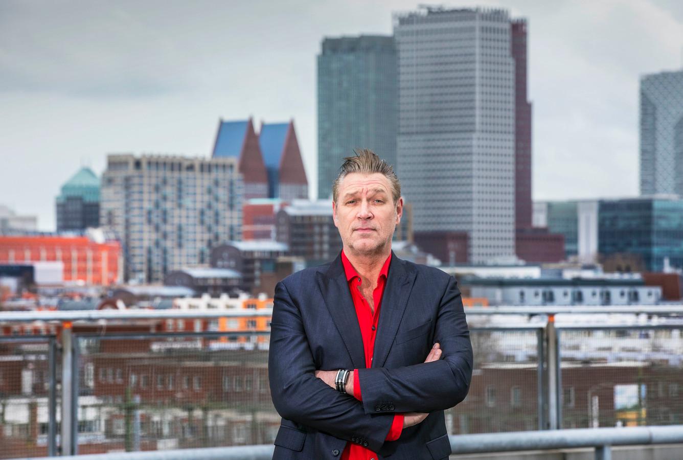 Sjaak Bral voor de skyline van Den Haag