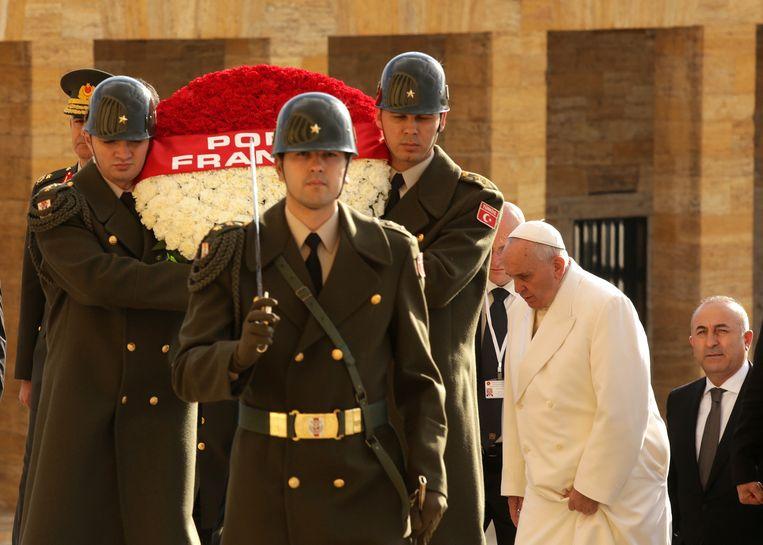 Paus Fransiscus bij het mausoleum van Atatürk. Beeld getty