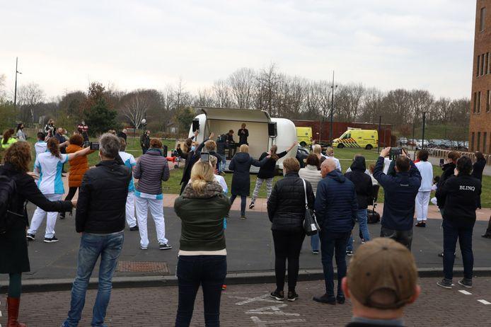 Op veilige afstand zingt het publiek mee met Guus Meeuwis in zijn 'caravan'.