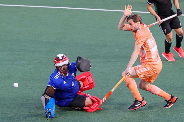 Hockeyer Mirco Pruijser dinsdag in actie tegen Wales. Nederland won de EK-wedstrijd met 6-0. Beeld EPA