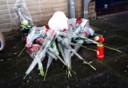 Bloemen bij Onur's huis, daags na zijn overlijden.
