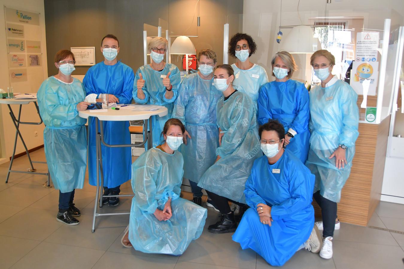 Het team van huisartsenpost Pallion Hulst, speciaal voor de vaccinatie op zaterdag aan het werk. Uiterst links praktijkmanager Claudia Baetsleer