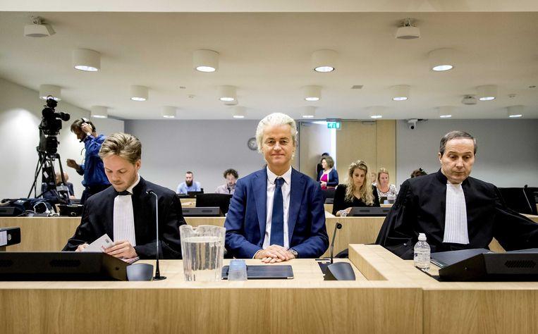 PVV-leider Geert Wilders (midden) en advocaat Gert-Jan Knoops (rechts) voorafgaand aan de voortzetting van het hoger beroep in de strafzaak tegen de PVV-leider. Beeld ANP