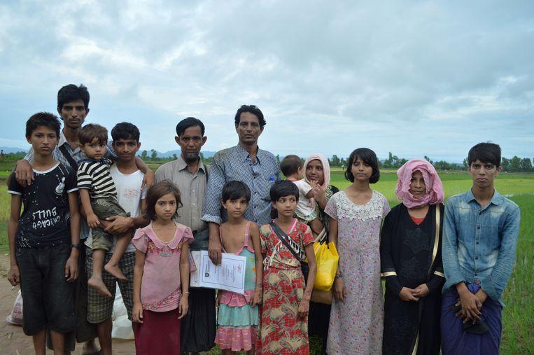 Sayedul Bashar (in het midden met het blauw-grijze overhemd) en zijn familie. Beeld Ate Hoekstra