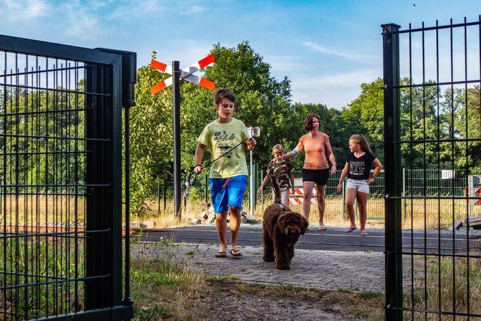 Deze onbewaakte overgang met klaphekken in Diepenveen gaat uiterlijk 2023 dicht.