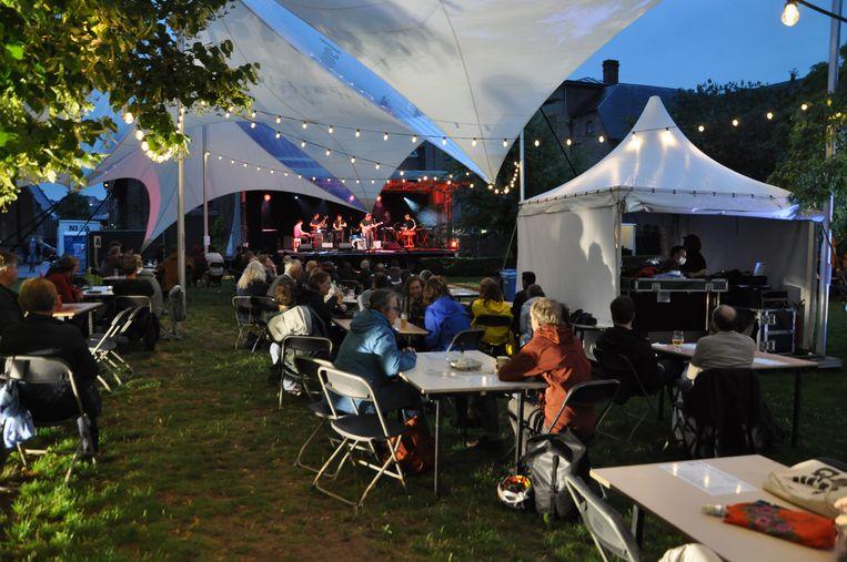 Gent Jazz opent in de regen, met heel wat geldende coronamaatregelen. Beeld Wouter Spillebeen