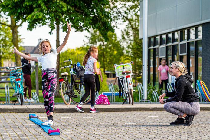 Turn2gether uit Oudewater traint noodgedwongen buiten nu dat binnen niet mag. Turntrainster Ilse van der Kuy gaf donderdagmiddag les aan de jonge meiden.