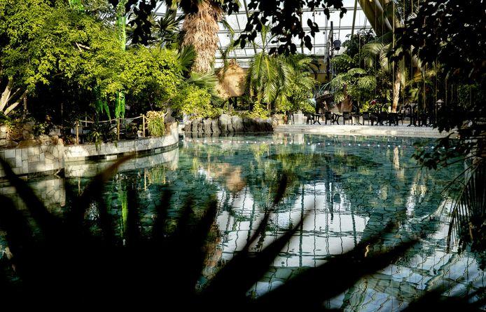 Een uitgestorven zwembad op vakantiepark De Eemhof.