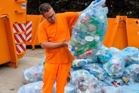 PMD zakken Tervuren: op het containerpark worden de zakken stuk per stuk gecontroleerd