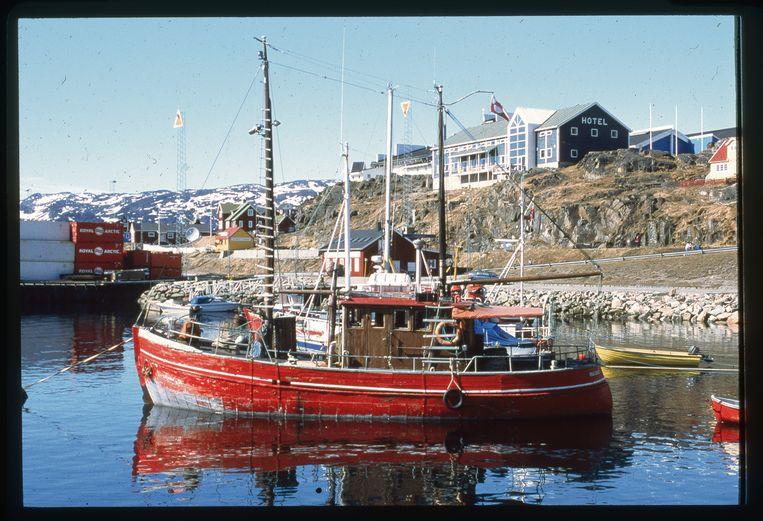Vissersboot in de baai van Qaqortoq. 's Avonds wordt de vangst gevierd in de 'Skipperkroen'. Beeld Veerle Windels