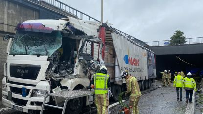 Bevrijdingstunnel A12 richting Brussel volledig versperd na ongeval met truck
