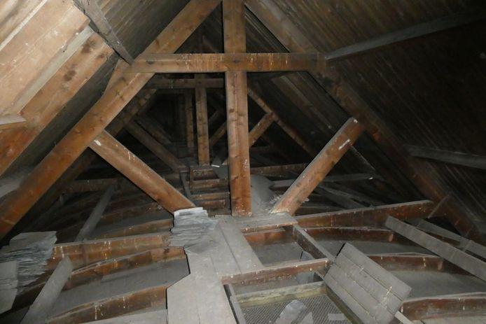 Het zoldertje boven het plafond van het patronaat. Stoffig en vol spinnenwebben.
