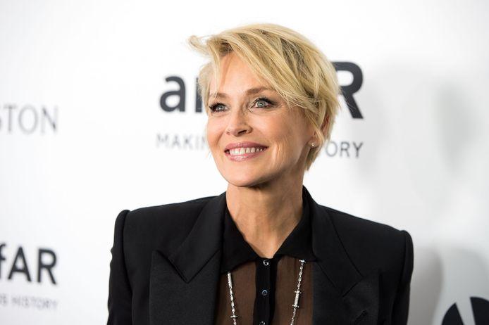 Sharon Stone affirme qu'un chirurgien a augmenté la taille de ses implants mammaires sans son consentement.