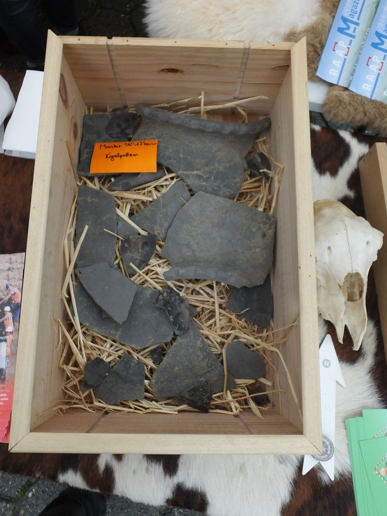Deze scherven van kogelpotten werden gevonden op de Markt.
