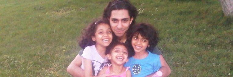 Blogger Raif Badawi met zijn kinderen. Beeld Amnesty International