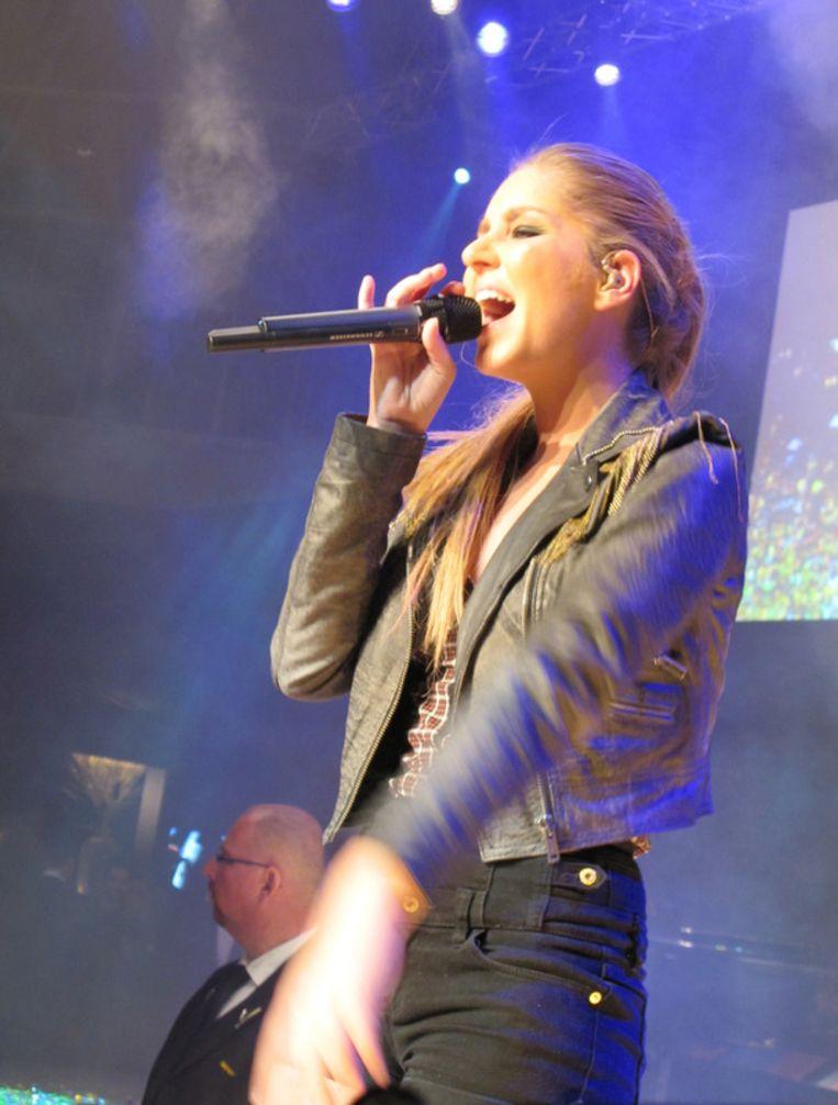 Esmée Denters zingt. Beeld