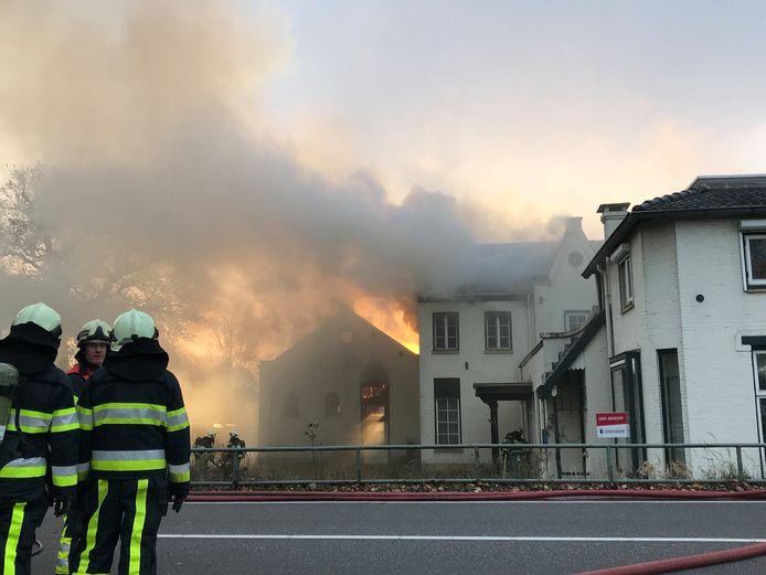 Een uitslaande brand woedde maandag in een pand aan de Eindhovenseweg in Boxtel.