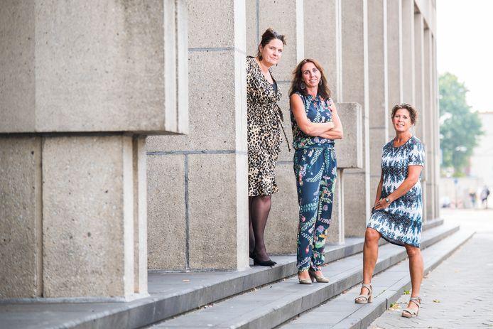 Petra Breukink, Sanne Striekwold en Riesje Paulissen (vlnr) bij het Paleis van Justitie in Arnhem.