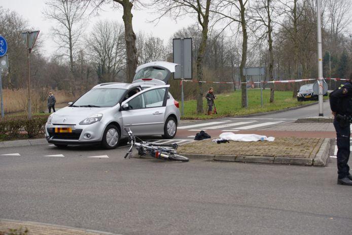 Een voertuig reed op een rotonde bij de Draaiomsdreef een fietser aan.
