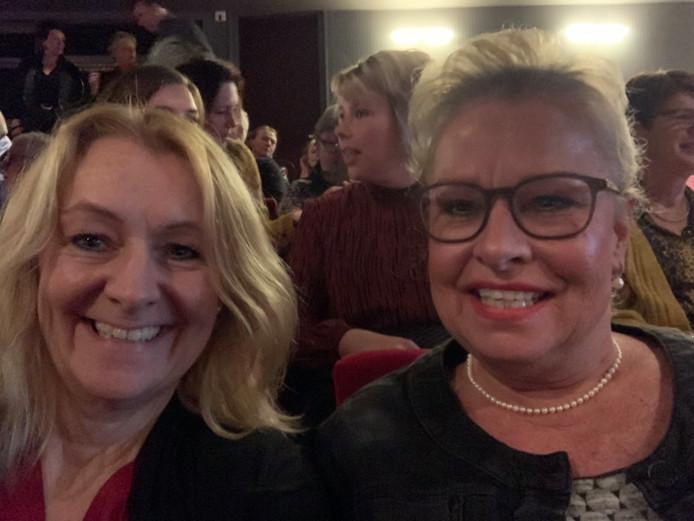 Petra Koekkoek (l) en haar zus Erna, die nu doodziek in een ziekenhuis ligt.