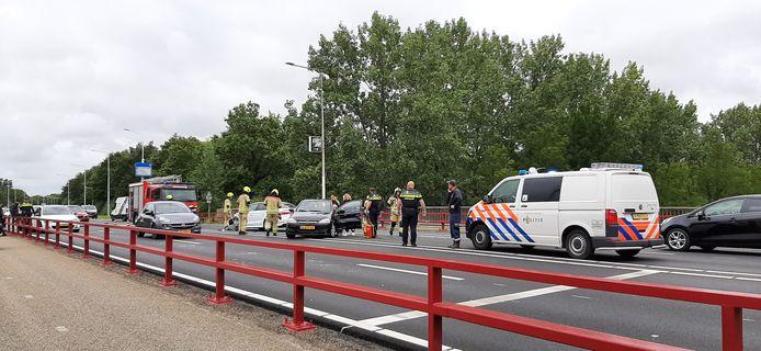 Hulpverleners waren snel op de Sloebrug, nadat daar net na 13.00 uur een botsing met meerdere personenauto's plaats vond.